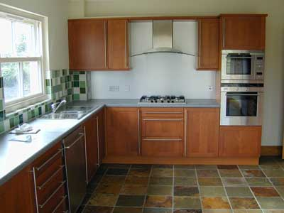 Small kitchen designs small galley kitchens pplump for Small fitted kitchens